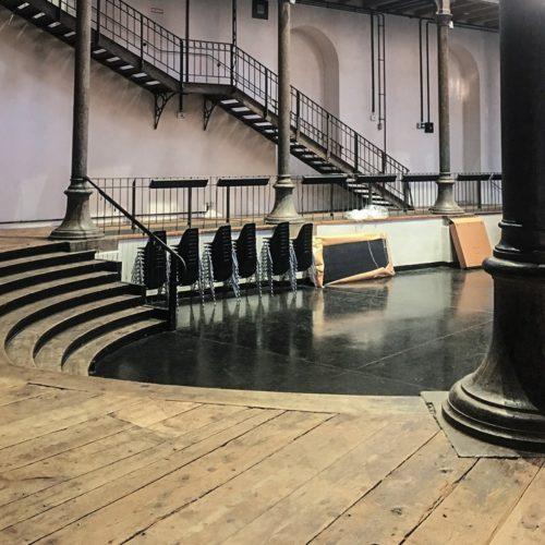 aula und flur mit treppe